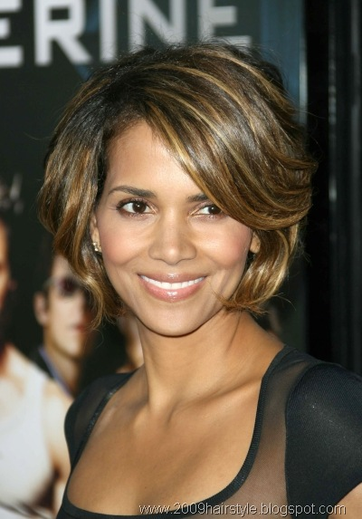 /2011/04/hale-berry-short-sexy-hairstyle-with-caramel-highlights3.jpg
